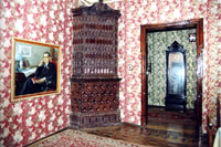Фрагмент экспозиции. На стене -  портрет Ш. Камала