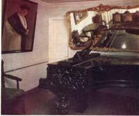 Интерьер комнаты с роялем первого этажа