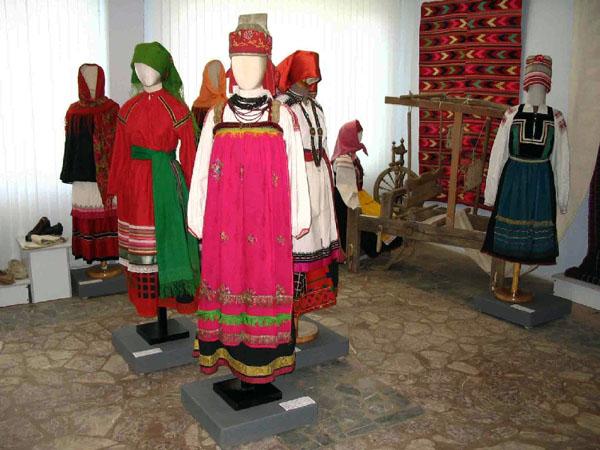 Экспозиции: Выставка Поэзия народного костюма