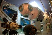 Экспозиции: Полномасштабный макет базового блока орбитального  комплекса Мир (сверху), ИСЗ Интеркосмос-1 (слева), спускаемый аппарат КК Союз-37 (справа)