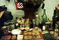 Экспозиции: Немецкие бутылки, консервные банки, котелки, противогаз, планшетка и пр.
