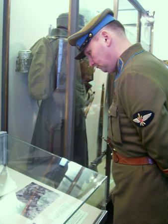 Экспозиции: Участник фестиваля Горячая зима изучает материалы выставки о Советско-финской войне