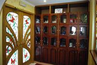 Сувенирная витрина в холле гостиницы