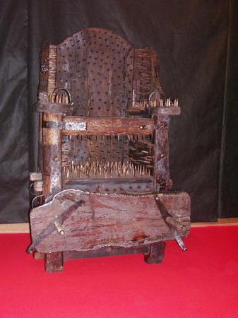 Экспозиции: Стул ведьмы. Выставка Инквизиция. Средневековые орудия пыток