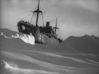 Зажатый во льдах Смоленск впору спасать. Льды грозят раздавить корабль.