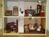 Дом барона Мюнхгаузена. Барон сочиняет свои веселые истории, его жена баронесса Якобина принимает подругу