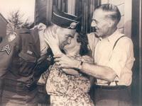 Джозеф Байерли, его мать, Элизабет Байерли, и его отец, Уильям Байерли. Апрель 1945