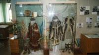 Фрагмент экспозиции: слева - праздничная корякская кухлянка, справа - костюм из рыбьей кожи