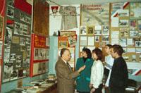 Экскурсионную беседу проводит доцент И.Н. Суслов, заведующий музеем