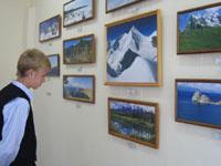 Фотовыставка. Фрагмент экспозиции горные вершины мира. Семь цветов Радуги