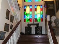 Внутренняя деревянная лестница с витражом