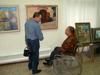 Заслуженный художник Чувашии  Александр Насекин осматривает экспозицию