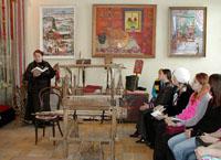 Занятие для студентов Знакомство с ткацким станом на выставке Радуга ремесел. 2007 г.