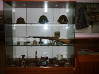 Фрагмент экспозиции. Винтовка Мосина, каски и другие предметы