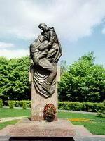 Подвиг. Милосердие. 1941-1945. Бронза, гранит.2005
