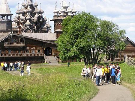 Значимые места: Туристы на экскурсии