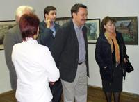 Кинорежиссер Вадим Абдрашитов с женой в выставочном зале