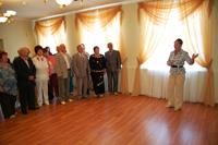 Областной семинар ветеранов. Экскурсию проводит директор картинной галереи Н.А. Левина