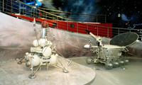 Автоматическая станция Луна -16 (слева), Луноход -1 - первый в мире автоматический самоходный аппарат (справа)