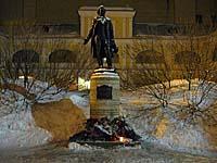 Памятник А.С.Пушкину работы скульптора Н.В.Дыдыкина (Санкт-Петербург, наб. Мойки, 12)