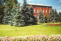Парк. Здание поликлиники