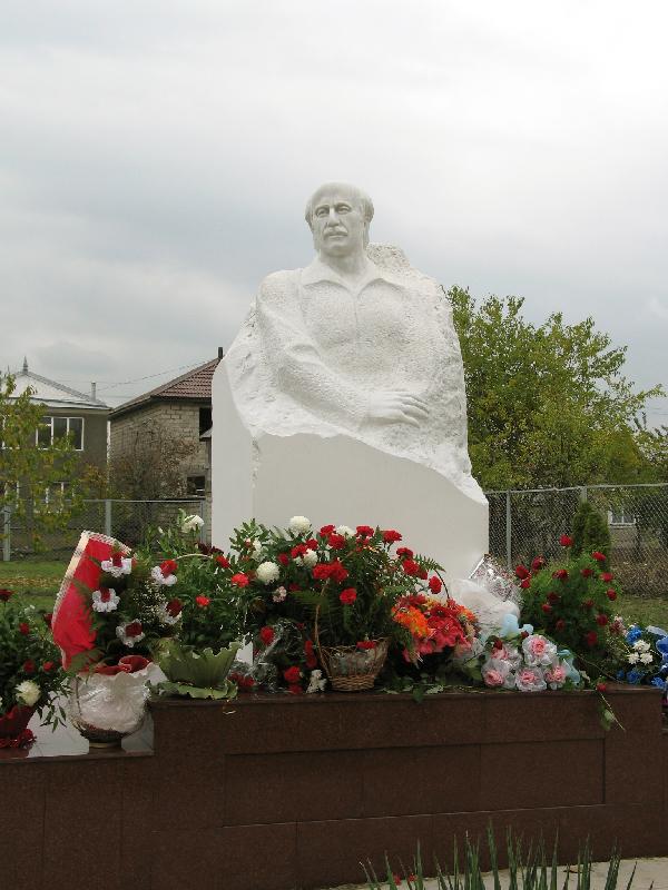 Значимые места: Памятник Кайсыну Кулиеву. Чегем
