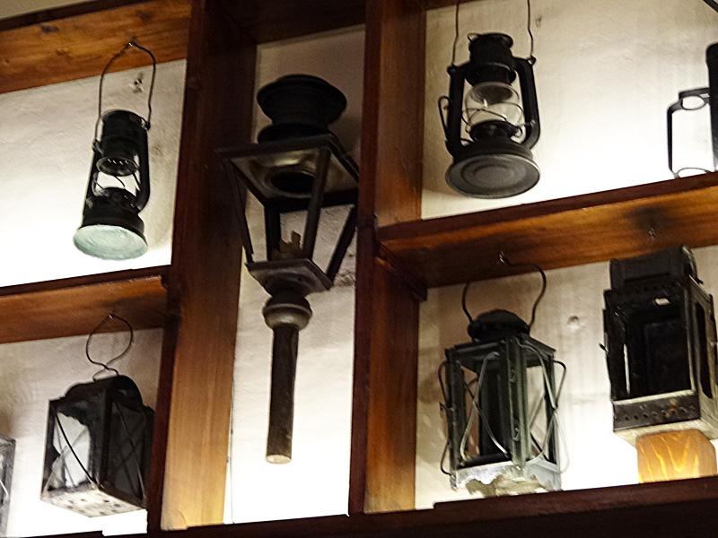 Значимые места: Открытая витрина  с осветительными приборами XIX-XX веков в  холле первого этажа