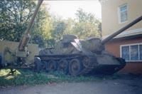Экспонат во дворе музея САУ и 76-мм пушка