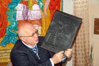 Директор музея  В. Пензин рассказывает о том, что такое печатная форма для лубка