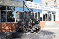Белогорский краеведческий музей. Рядом - памятник Амурский ротан