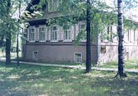 Здание музея народного искусства, с.Юкаменское, весна 2001 г