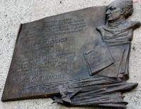Мемориальная доска на здании, где расположен музей Н. Жиганова