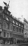 Вид здания со скульптурной композицией на крыше Торжествующий гений