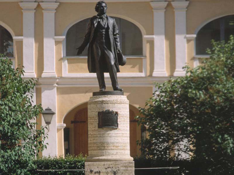 Здания и сооружения: Памятник А.С.Пушкину работы Н.В.Дыдыкна во дворе дома на Мойке, 12