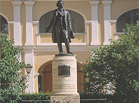 Памятник А.С.Пушкину работы Н.В.Дыдыкна во дворе дома на Мойке, 12