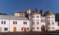 Усадебно-архитектурный музей-заповедник Замок Шереметева, крепостная стена с башнями