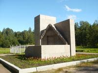 Гранитный памятник возле музея Шалаш В.И. Ленина