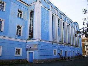 Здания и сооружения: Здание Мурманского Дома офицеров, где расположен Военно-морской музей Северного флота