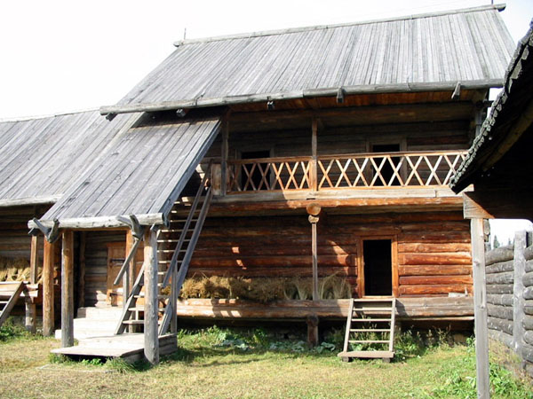 Здания и сооружения: Усадьба центральных удмуртов. Двухэтажный амбар (кенос)