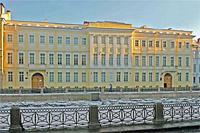 Вид здания на наб. р. Мойки, 12, где располагаются литературно-монографическая экспозиция А.С. Пушкин. Жизнь и творчество (2 и 3 этажи) и Музей-квартира А.С. Пушкина (1 этаж)