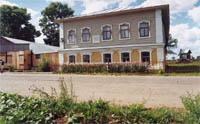 Главный фасад здания музей с видом на усадьбу