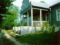 Главный дом в усадьбе Вечаша на берегу озера Песно